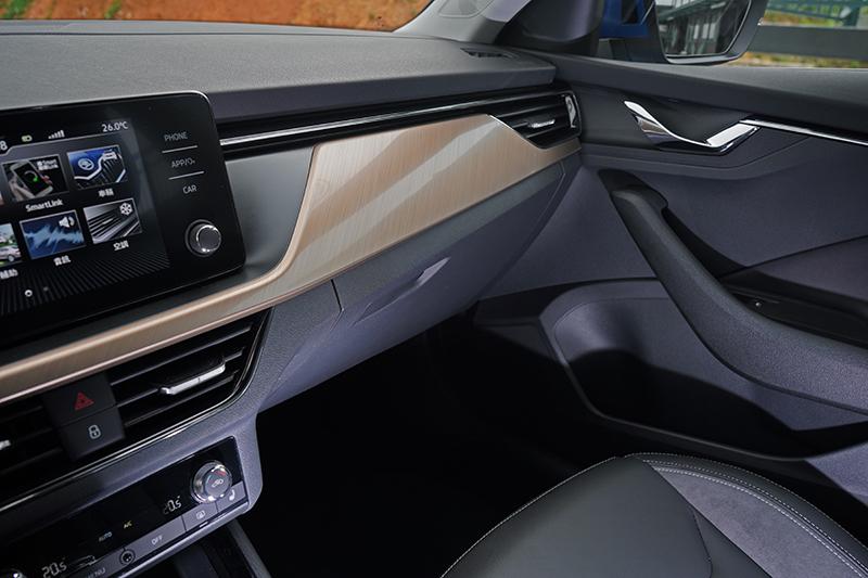 不僅中控台上緣,就連車門板上方也以軟質膠料呈現。