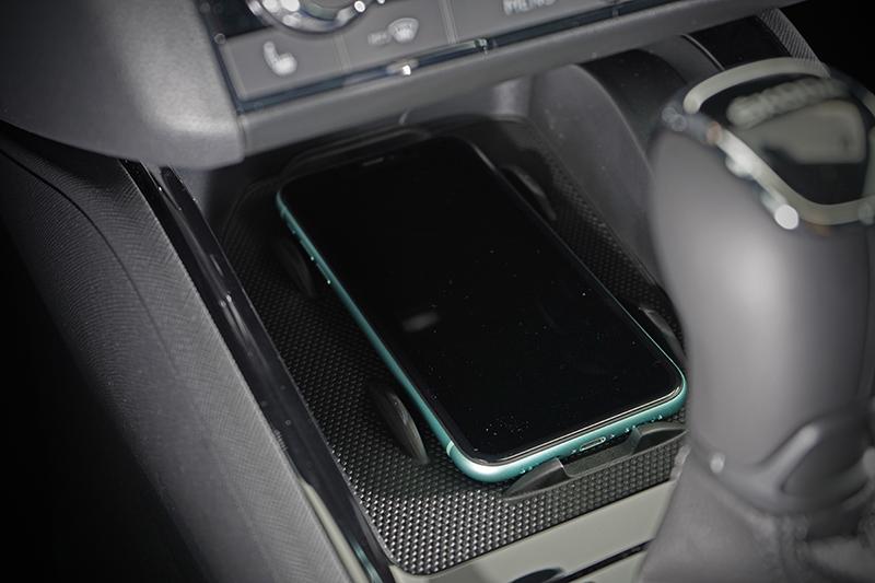 排檔座前方還有無線充電座方便手機充電。