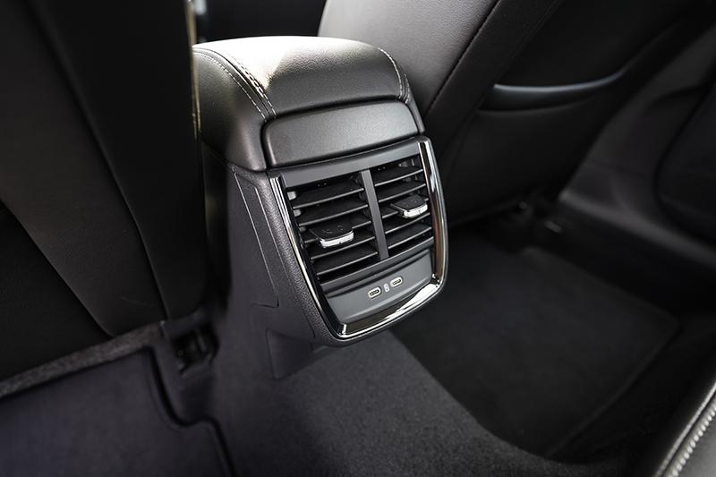 後座具備同級少有的出風口設計,冷房效率更優異,同時也具備USB Type C插孔方便乘客使用。
