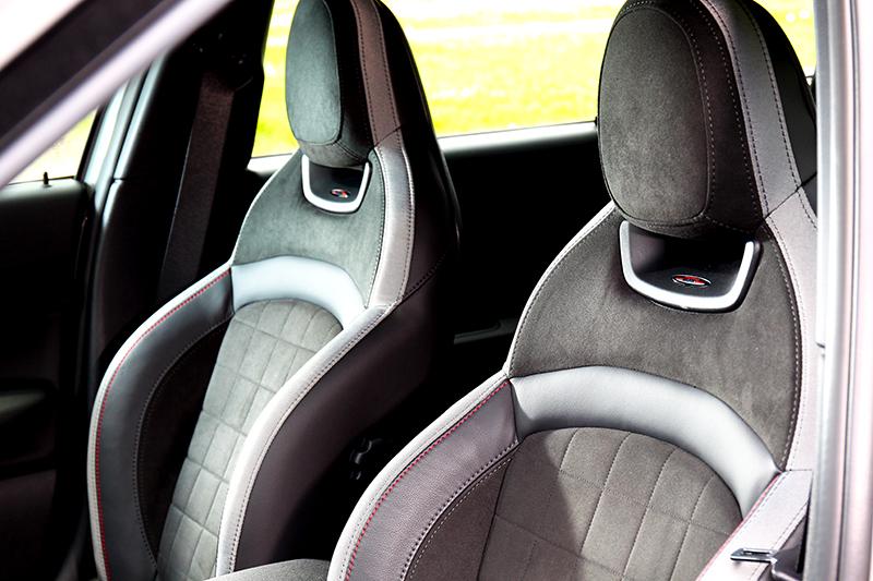 筒型賽車座椅不僅視覺好看,操駕時也可以感受到滿滿的包覆感。