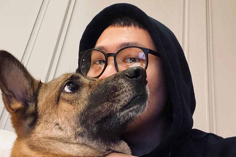 蕭秉治赴美計畫因疫情取消,在家與愛犬「豬血糕」合體。