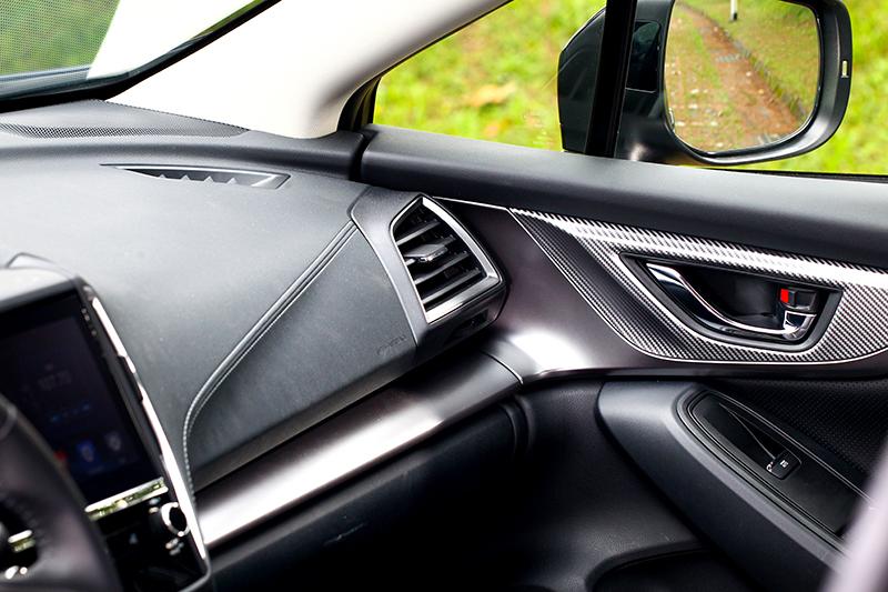 門把手飾板改為銀色碳纖維紋路。