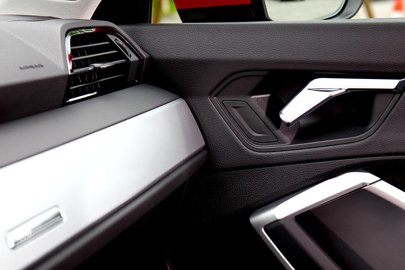 儀表平台下方可選棕/橘/灰三色Alcantara飾板,門把手造型也與燈組呼應。