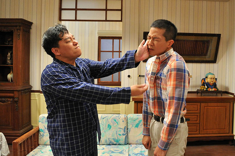 《生生世世》家暴戲阿龐(左)擦槍走火,薛仕凌(右)慘遭呼巴掌。