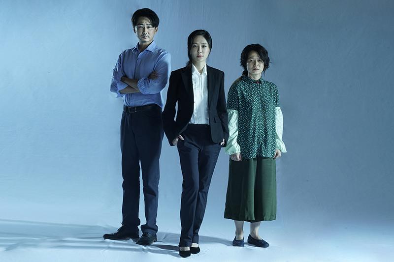 《我們與惡的距離》全民公投劇場版首波卡司曝光,由尹馨(中)、謝瓊煖(右)、狄志杰(左)擔綱演出。/故事工廠提供