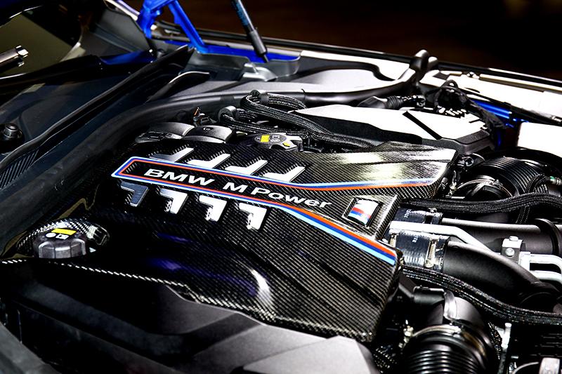 M8與M8 Gran Coupe除碳纖維車體外,所搭載的4.4升V8渦輪引擎,600hp/700Nm動力輸出更是重點精華。