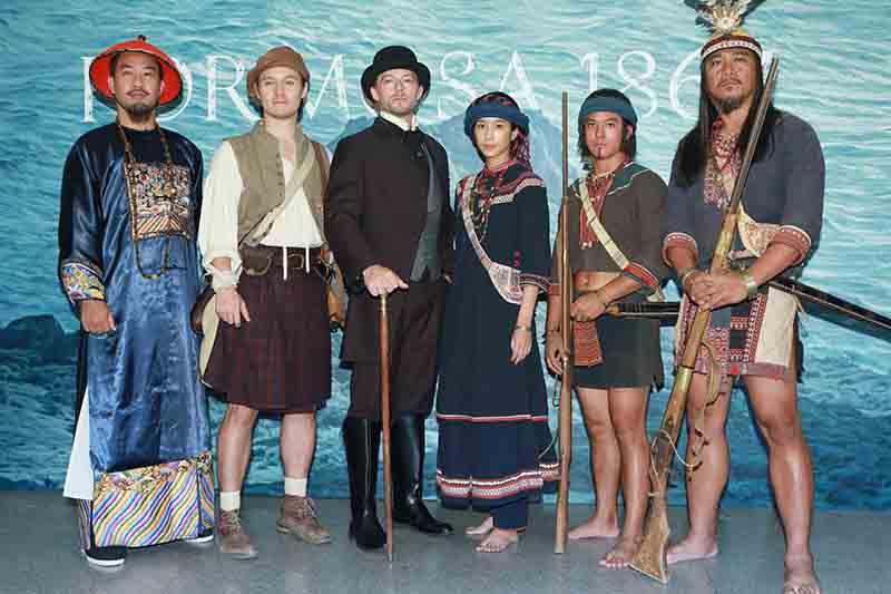 《斯卡羅》演員以劇中造型現身定名記者會。左起為:黃健瑋、周厚安、法比歐、温貞菱、黃遠、查馬克·法拉屋樂。/公視提供