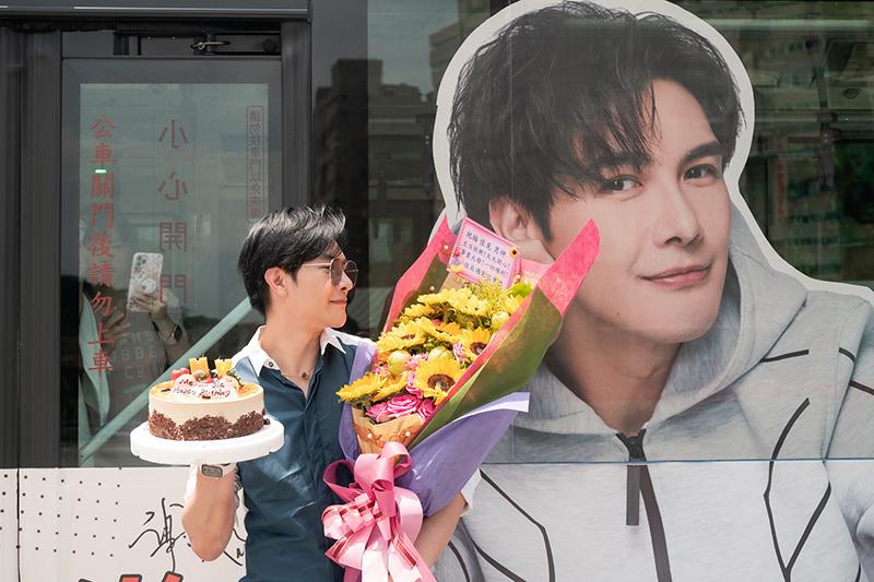 現場謝佳見粉絲更送上花束與蛋糕,希望搶在生日前能為偶像慶生