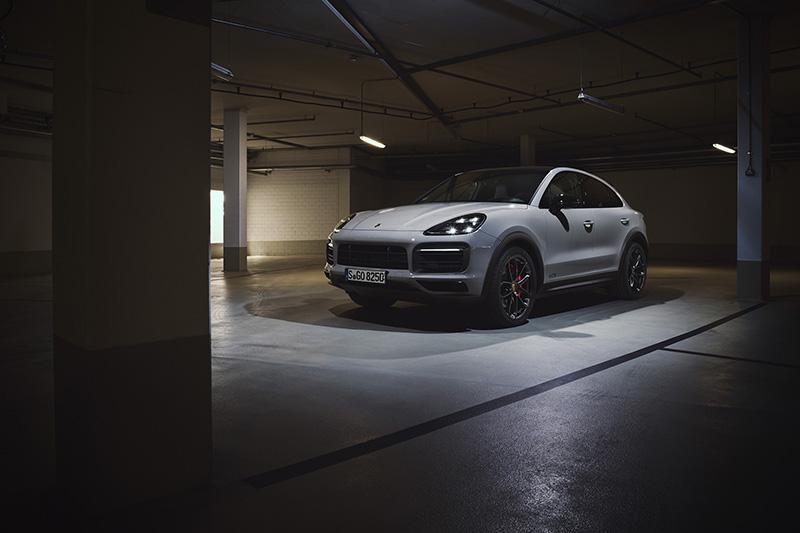全新 Cayenne GTS 車系標準配備高光澤黑色 21 吋 RS Spyder Design 輪圈,同時配備燻黑LED頭燈系統含保時捷動態照明系統(PDLS)與燻黑LED 尾燈。