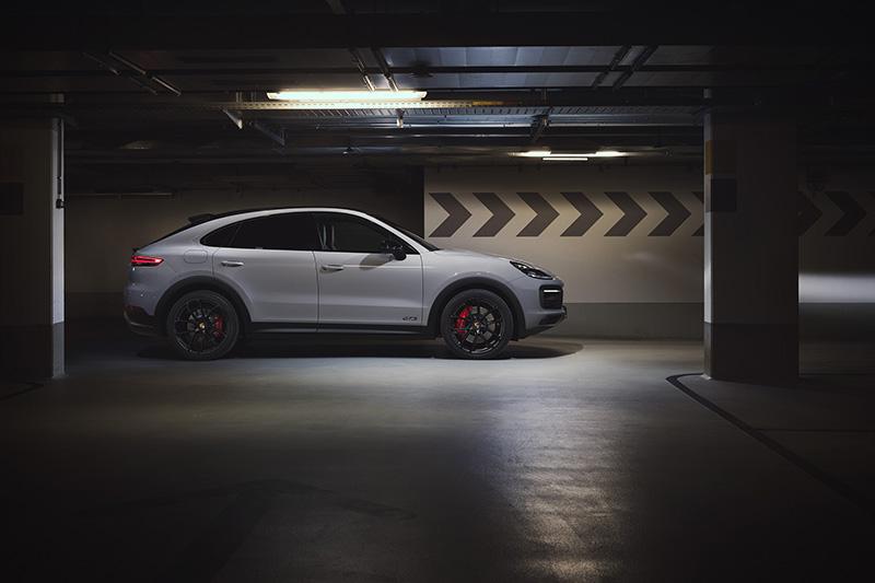 全新 Cayenne GTS Coupé標準配備的鋼製圈簧懸吊包含保時捷主動式懸載調整系統(PASM)以及更加運動化的阻尼控制,將車身降低 20 mm,並創造更好的橫向動態表現。