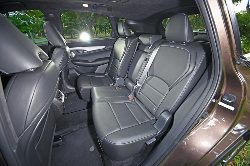 後座無論腿部、肩部或頭部空間也都十足寬敞,座椅甚至可前後滑移調整。