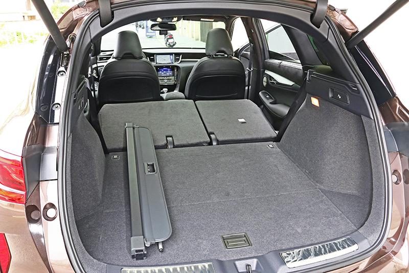 原本即有895升容積的行李廂,將後座椅背傾倒後更能一次擴充至1699升之譜。