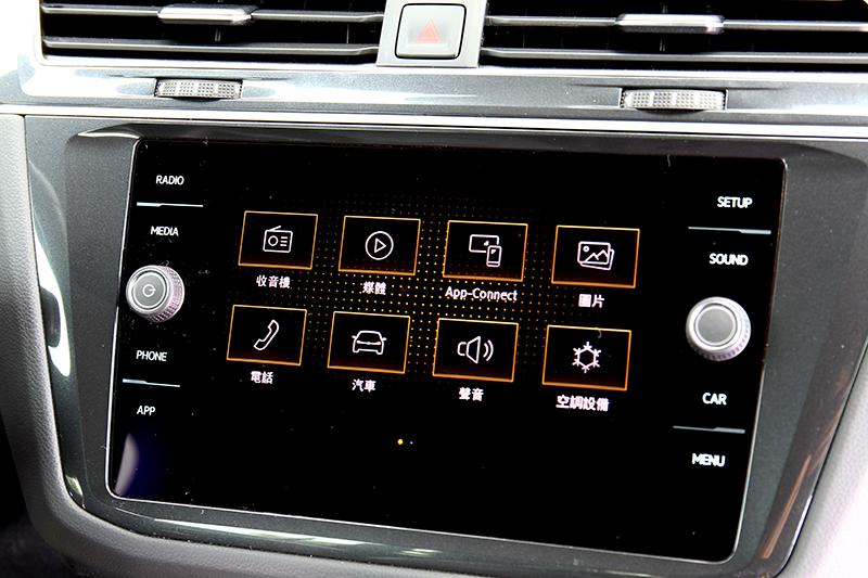 8吋中控螢幕具備多項功能,同時也能使用Android Auto與Apple CarPlay播放音樂來感受Dynaudio Excite環繞音響系統音質。