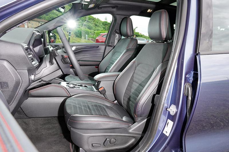 ST-Line專屬類麂皮運動座椅附駕駛座10向電動調整,乘坐舒適性屬上乘,腿部側向包覆性則可再加強一些。