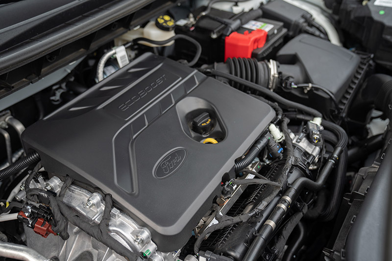 EcoBoost®180 渦輪增壓汽油引擎採用雙噴油系統技術(PFi歧管噴射 + GDI缸內直噴),搭配八速自排變速箱,具備180ps / 6,000rpm最大馬力與26.3kgm / 3,000rpm最大扭力。