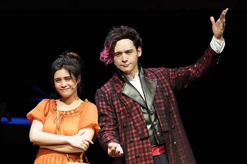 倪安東(右)飾演手機APP虛擬人物貝多芬,在劇中協助夏宇童(左)找回愛情主控權。