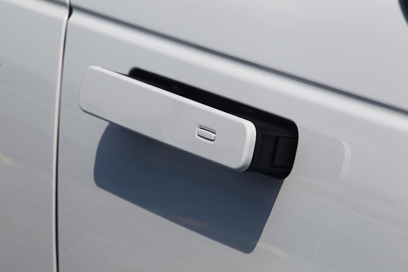 隱藏式車門把手設計,在需要使用時才會從容浮起,平常則緊貼車門創造俐落視覺效果。