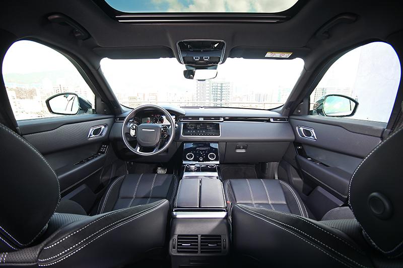 Range Rover Velar以平整優雅的極簡風格與極致考究的細膩用料,將前衛科技的冷冽與疏離完美平衡。