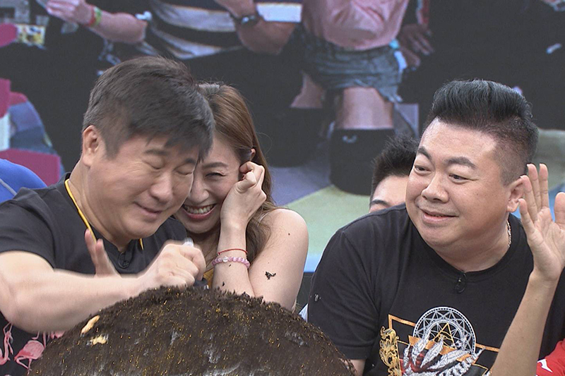 董至成(右)擔任《綜藝大集合》嘉賓,為胡瓜(右)慶生。