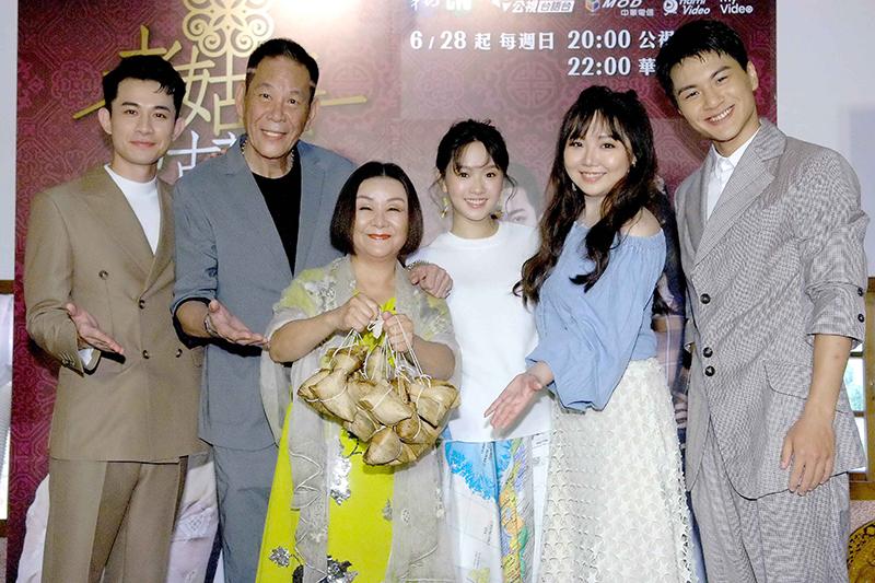 《老姑婆的古董老菜單》主要演員(左起)曾子益、龍劭華、吳秀珠、嚴正嵐、黃聖雅、李冠毅。/華視提供。