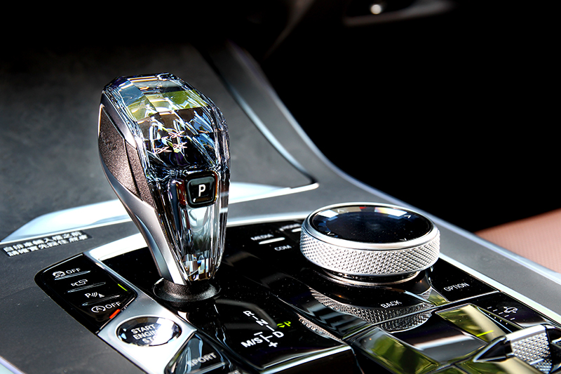 除儀表平台與木紋飾板,水晶中控套件也是相當吸睛提升質感的配備。