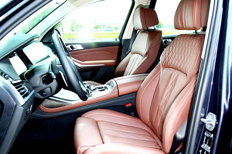 Individual Merino棕色真皮座椅於視覺與觸感都給予絕佳質感。