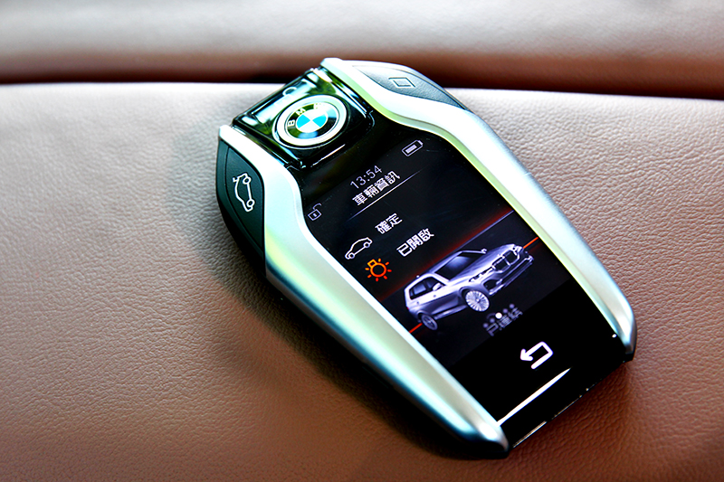 數位鑰匙能於車外控制車高與空調等功能和觀看車輛資訊。