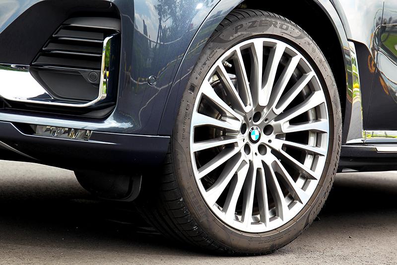 前275/40 R22、後315/35 R22輪胎規格已比許多跑車都還要大。