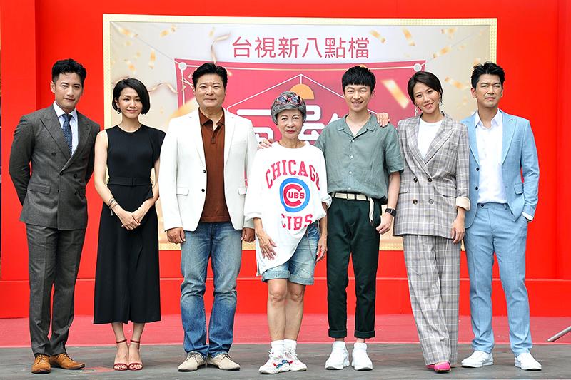 《一個屋簷下》主要演員(左起)周孝安、林意箴、陳文山、吳佳姍、陳玹宇、周宜霈、潘逸安。