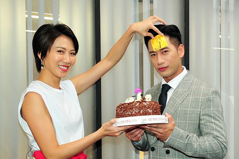 《一個屋簷下》主要演員周宜霈(左)特地準備生日蛋糕為周孝安(右)慶生。