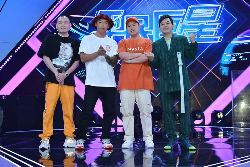 《平民巨星》節目邀請「玖壹壹」擔任週冠軍評審。(圖左至右)春風、健志、洋蔥、主持人黃子佼。