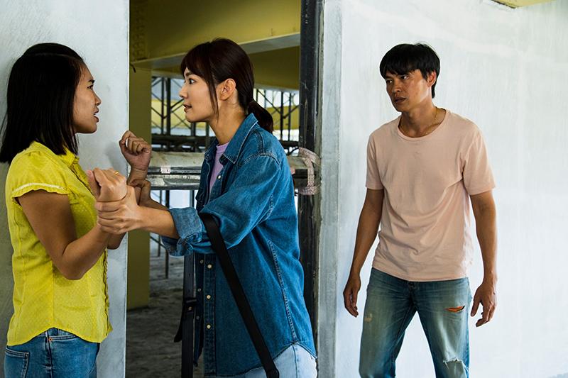 《無主之子》劇中黃鐙輝(右)在越南的元配郭雅茹(左)跑來台灣找他,被李又汝(中)發現。
