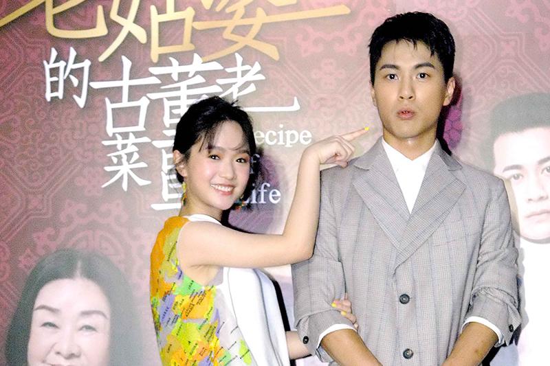 嚴正嵐(右)「外語式台語」笑料十足,李冠毅(左)被騙錢還摔車住院。