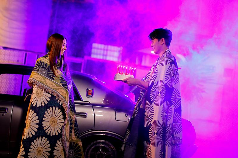 鄧紫棋(左起)、周興哲對唱《別勉強》,悲傷情歌MV拍到笑場