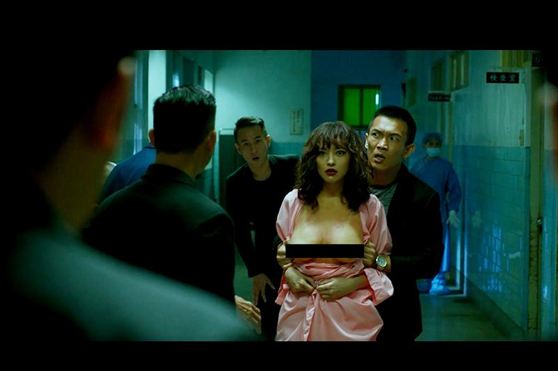 姚以緹(右二)在《江湖無難事》戲裡就這樣被黃尚禾(右一)衝動撕開衣服,露點坦誠相見於眾兄弟前。