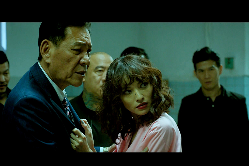 《江湖無難事》龍劭華(左)為了指導巴掌戲,直接對著姚以緹(右)臉上打下去。
