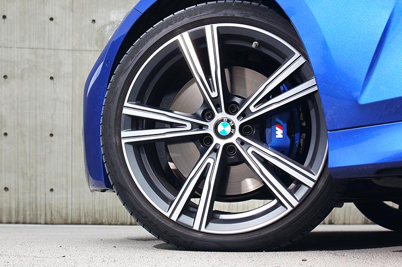 330i Touring輪胎採前225/40 R19,後255/35 R19配置。