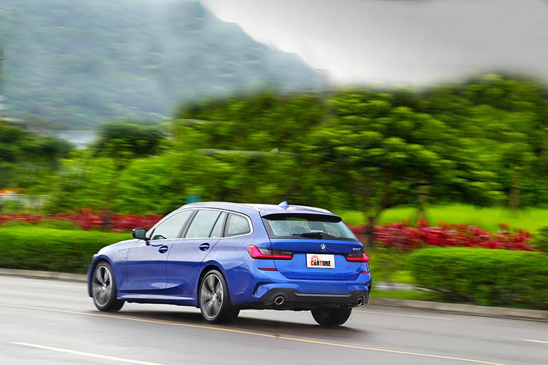 330i Touring有著更低的重心加上跑車化懸吊系統,因而有著更為優異且具樂趣的操控表現,不僅如此也兼顧乘坐舒適性。
