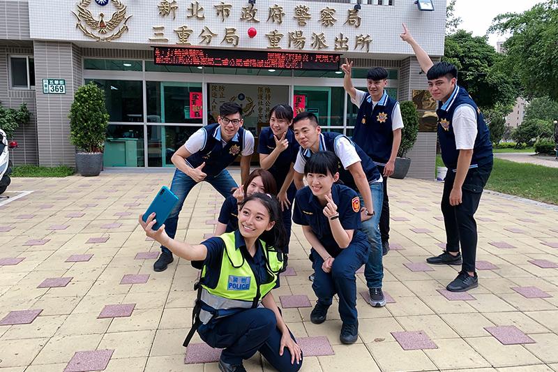 祈錦鈅擔任新北市政府警察局宣導代言人,KUSO 反毒健康操。
