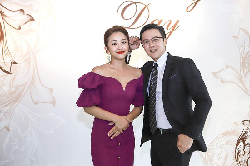 《多情城市》演員王燦(右)看到賴慧如(左)一身華麗造型,直說她根本可以當新娘子。