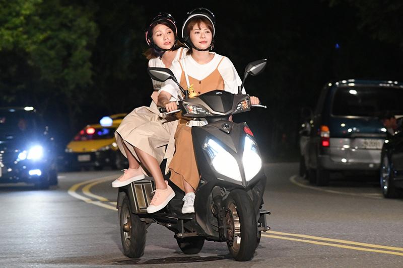 《天之驕女》演員林萱瑜、曾智希騎機車劇情。