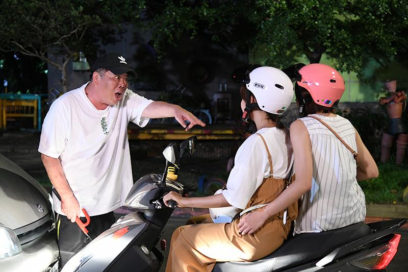 《天之驕女》馮凱導演(左)客串演出惡司機。