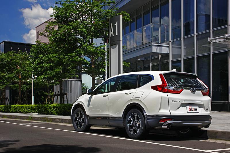 飽滿的鈑件起伏搭配都會化精緻質感,讓Honda CR-V擁有動感與優雅兼具的視覺印象。