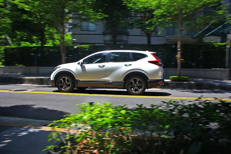 Honda CR-V不僅傳承品牌血統擁有卓越動態性能,同時對於安全輔助也極度重視,標準配備Honda SENSING智慧安全主動防護系統就是最好的例子。