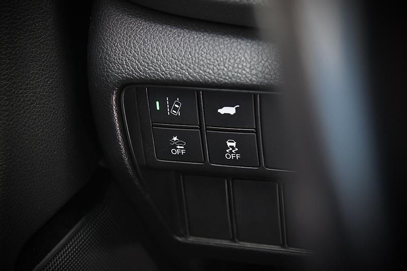 除了ACC主動式車距調節定速巡航系統、CMBS碰撞緩解煞車系統及LDW車道偏移警示系統外,就連條件內能夠主動轉向的LKAS車道維持輔助系統也是標準配備。