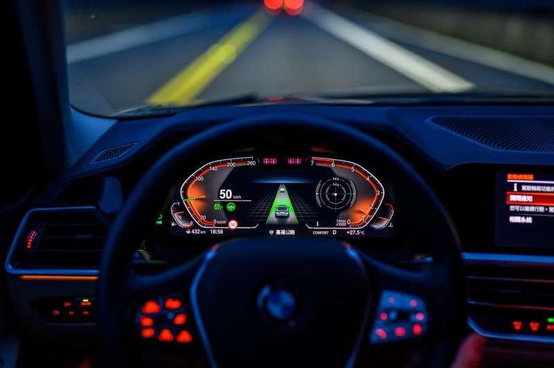 318i Luxury搭載完整的BMW Personal CoPilot智慧駕駛輔助科技。