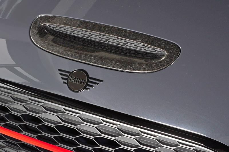 JCW碳纖維飾板與Piano Black黑色高光澤處理MINI Logo。
