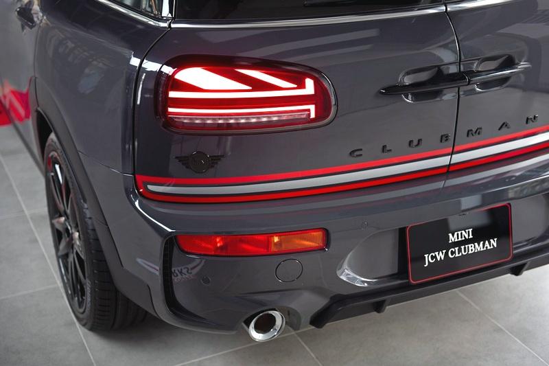 Piano Black黑色高光澤處理MINI Logo、Clubman車型銘版、尾門把手與Union Jack英國旗LED尾燈。