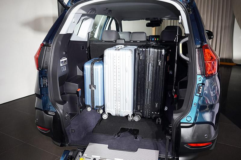 在使用斜坡板時,平整套件即可發揮作用,而行李廂空間十分充裕,在翻倒後排以背後,更可直接將單車直接推入,在也不用搬上搬下。