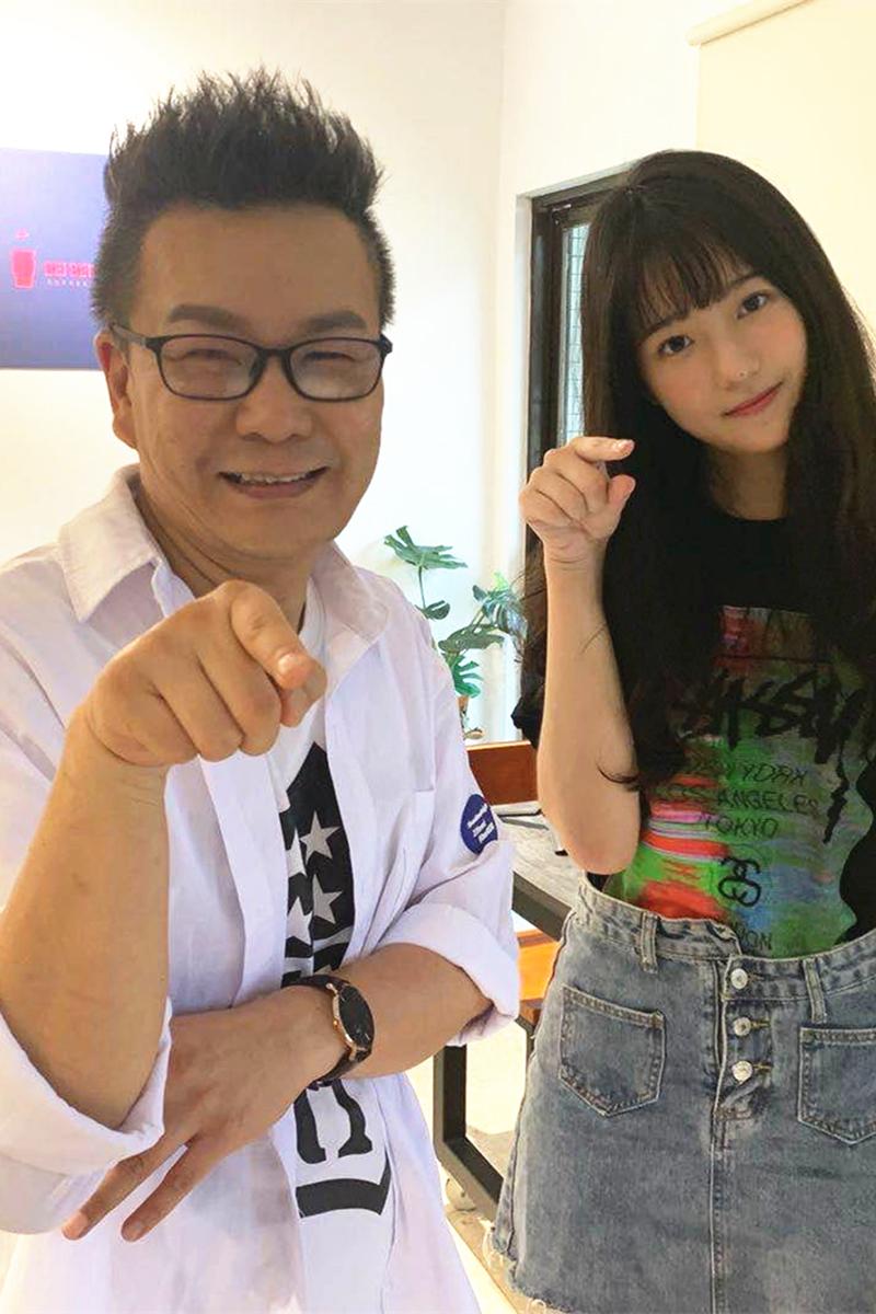 裘斯淇(右)國小就初戀,讓主持人沈玉琳(左)擔心起女兒。